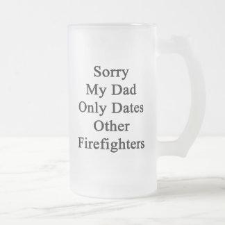 Triste mi papá fecha solamente a otros bomberos taza de cristal