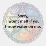 Triste, no derretiré si usted lanza el agua en mí pegatinas redondas
