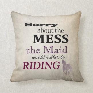 Triste sobre el lío la equitación de la criada cojines