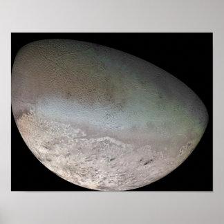 Tritón, la luna más grande del planeta Neptuno Póster