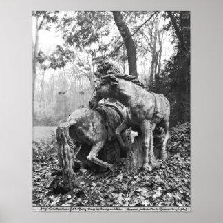 Tritones que preparan dos caballos del sol adentro poster