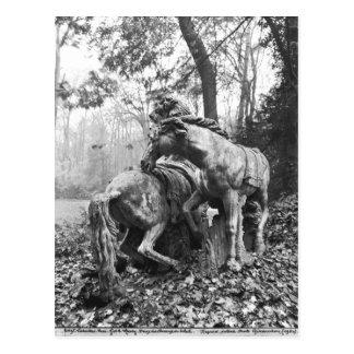 Tritones que preparan dos caballos del sol adentro postales