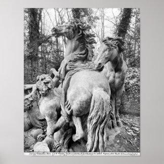 Tritones que preparan dos caballos del sol posters