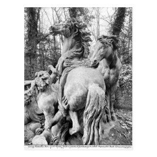 Tritones que preparan dos caballos del sol postales