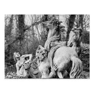 Tritones que preparan dos caballos del sol tarjeta postal