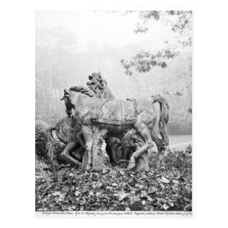 Tritones que preparan dos caballos del sol tarjetas postales