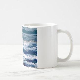 Trituradores en el arte de las olas oceánicas del taza de café