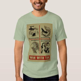 Triunfo con la camiseta de la lata polera