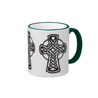 triunvirato del knotwork de la cruz céltica taza de dos colores