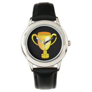 trofeo de oro del ganador reloj de mano