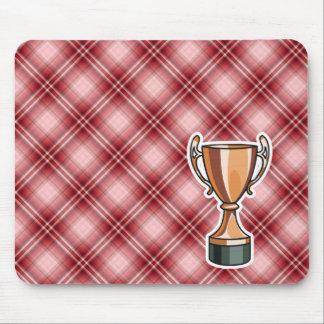 Trofeo rojo de la tela escocesa tapete de raton