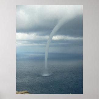 Tromba marina del tornado sobre el agua poster