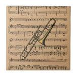 Trombone con el fondo de la partitura azulejo cuadrado pequeño