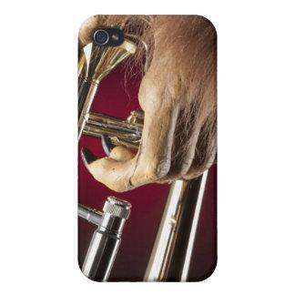 Trombone de Halloween con una mano del monstruo iPhone 4/4S Fundas