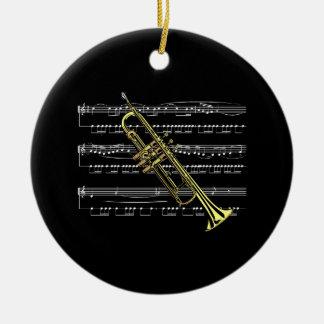 Trompeta con partitura y fondo negro adorno de navidad
