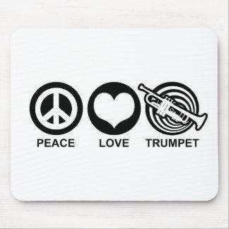 Trompeta del amor de la paz mouse pads