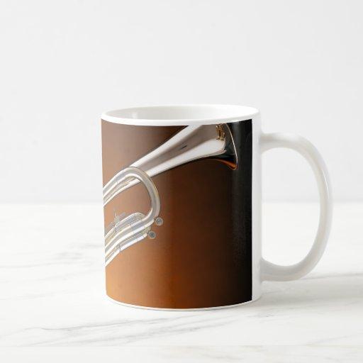 Trompeta en el oro taza de café