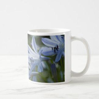 Trompetas azules del Hosta Taza De Café