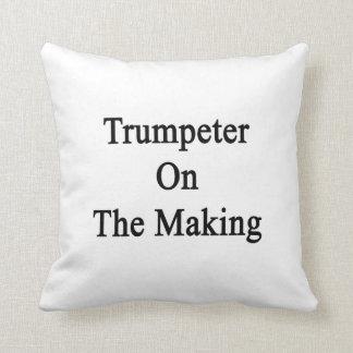 Trompetista en la fabricación almohadas