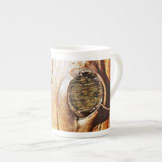 Tronco de árbol con los nudos taza de porcelana