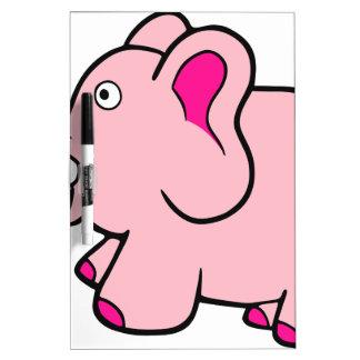 Tronco del elefante rosado encima de lindo tableros blancos