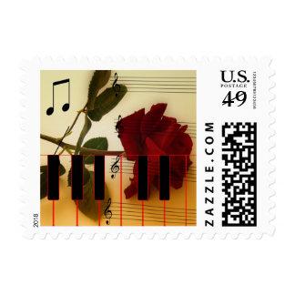 Tronco largo subió, llaves del piano y notas sello postal