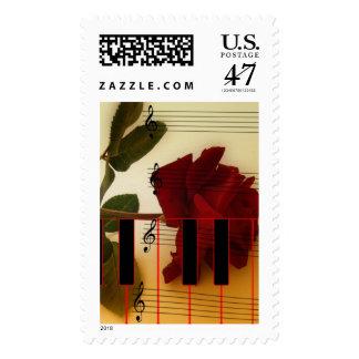 Tronco largo subió, llaves del piano y notas timbre postal
