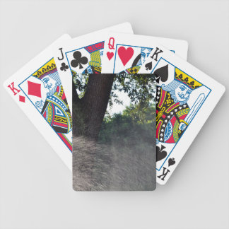 tronco viejo del roble con la regadera cartas de juego