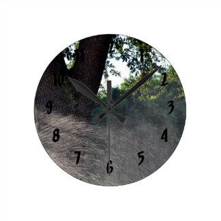 tronco viejo del roble con la regadera reloj redondo mediano