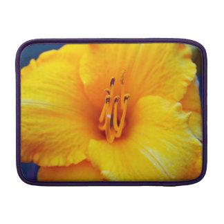 Troncos amarillos del polen del lirio funda  MacBook