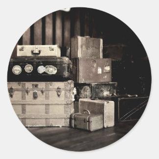 Troncos y maletas antiguos del viaje del vapor pegatina redonda