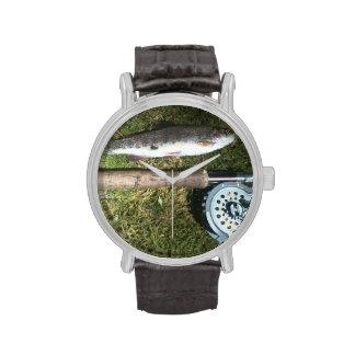 trucha arco iris, barra de pesca con mosca y carre relojes