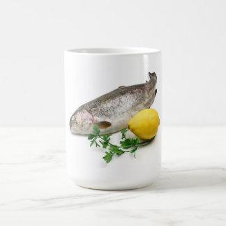 trucha arco iris con el limón y el perejil taza básica blanca