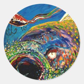 Trucha arco iris que sigue un señuelo de la pesca pegatina redonda