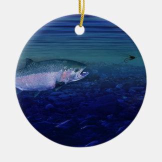 Trucha arco iris que toma una mosca adorno navideño redondo de cerámica