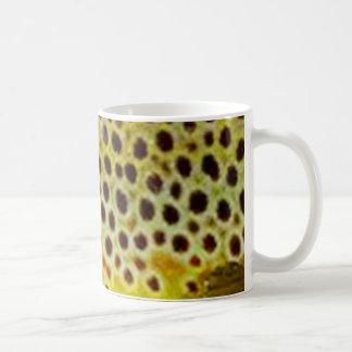 Trucha de Brown por PatternWear© Taza Básica Blanca