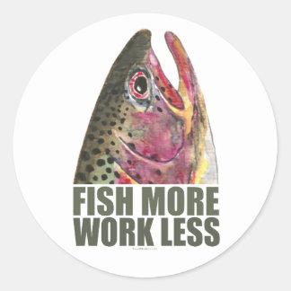 Trucha que pesca más pegatina redonda