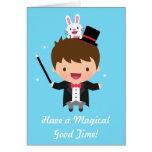 Truco mágico del conejito del muchacho del mago tarjeta de felicitación