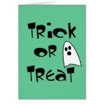 Truco o invitación con el fantasma lindo felicitaciones