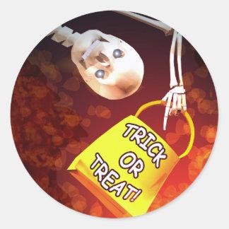 Truco o invitación de los esqueletos de Halloween Pegatina Redonda