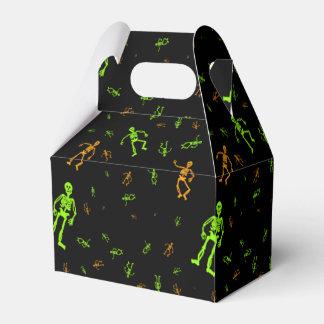 Truco o invitación verde de los esqueletos de caja para regalos