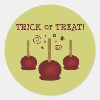 Truco o manzanas de caramelo de la invitación pegatina redonda