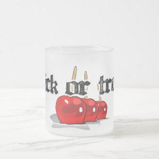 Truco o manzanas de caramelo rojas de la invitació taza cristal mate