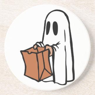 Truco o Treater vestido como fantasma con la bolsa Posavasos Cerveza