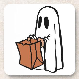 Truco o Treater vestido como fantasma con la bolsa Posavasos De Bebida