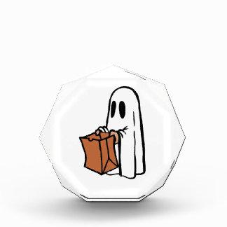 Truco o Treater vestido como fantasma con la bolsa