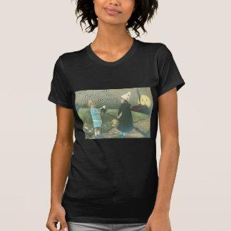 Truco u hombre de invitación en el gato negro de l camiseta
