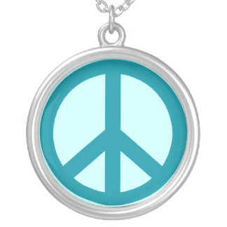 Trullo y collar azul del símbolo de paz