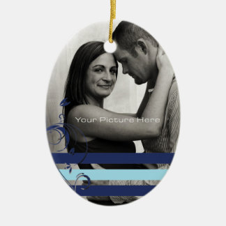 Trullo y compromiso azul de la foto adorno navideño ovalado de cerámica