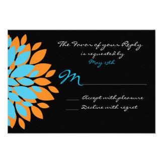 Trullo y flores simples anaranjadas que casan las invitaciones personales